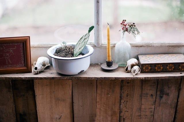 7 Interesting Ways to Decorate a Windowsill